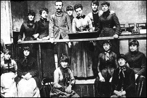 Annie_Besant_and_the_Matchgirls_Strike_Committee.fw