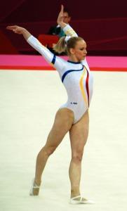women_gymnastics_olympics_2012_sandra_izbasa_01