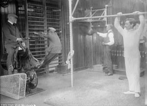 edwardian-gents-in-their-shipboard-gymnasium
